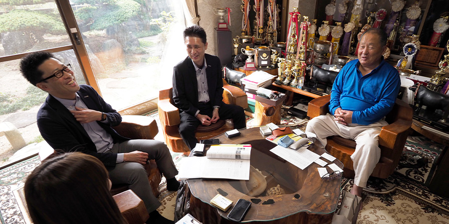福嶋会長にインタビューを行うふじ匠のバイヤー